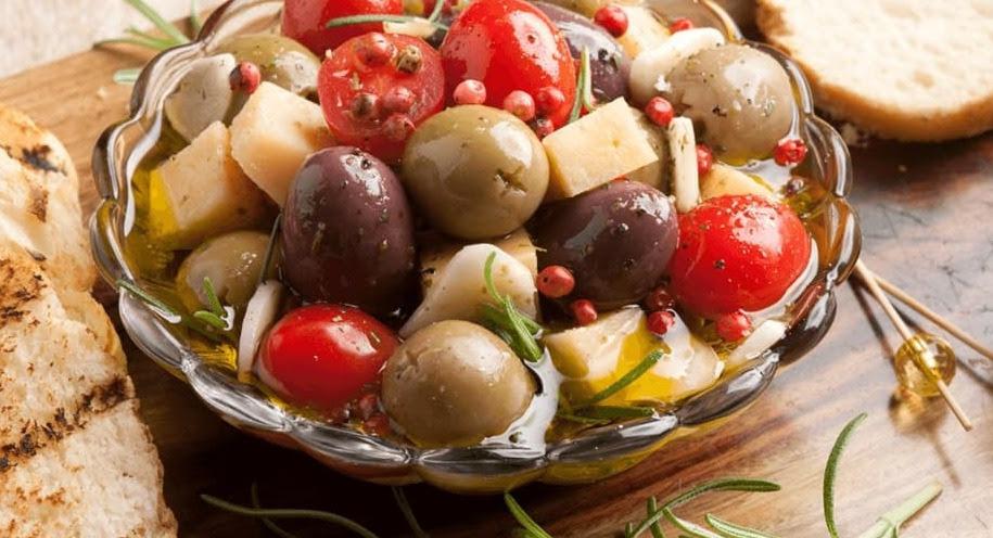 Foto de um petisco de Azeitonas, Queijo, Tomate, Azeite e Ervas. Créditos: Receitas Nestlé/Iara Venanzi