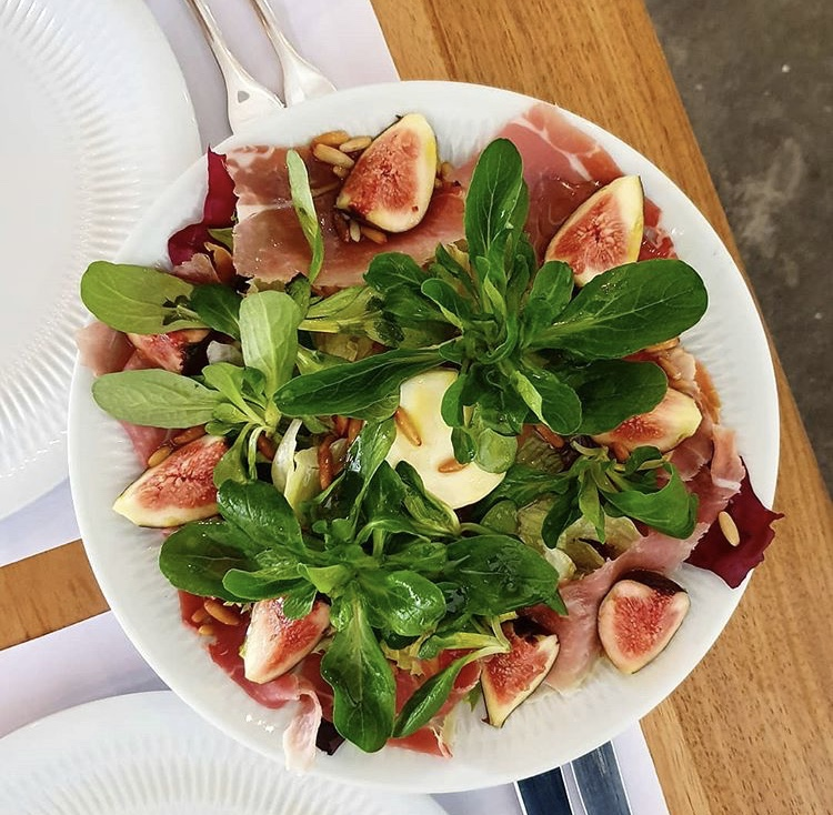 Prato de salada de folhas.