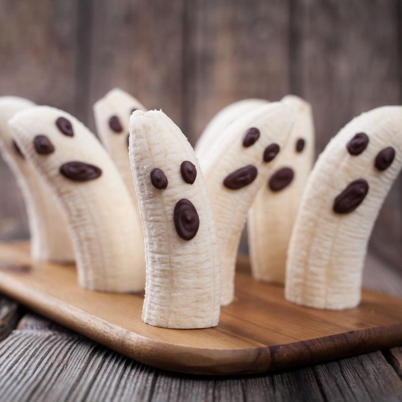 Bananas decoradas com gotas de chocolate, para formas rostos de fantasmas. Foto: Divulgação/Vigilantes do Peso