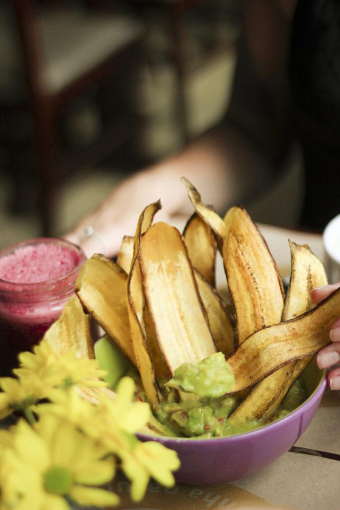 Guacamole e Chips de Banana Verde